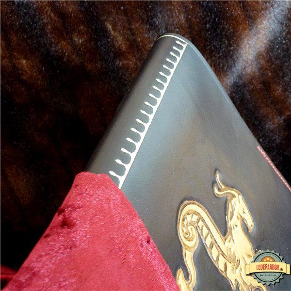 Der Buchrücken des Ledercovers ist fortlaufend punziert.
