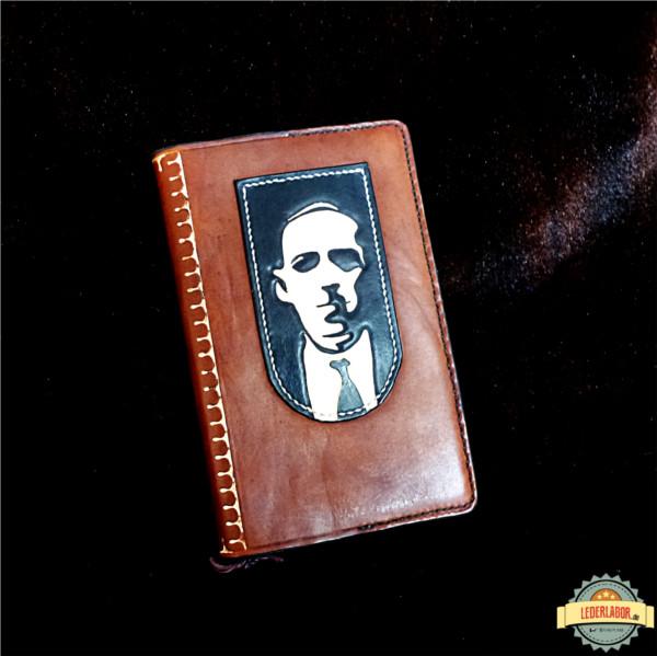 H.P. Lovecraft Portrait auf einem Ledercover für Moleskine Bücher.