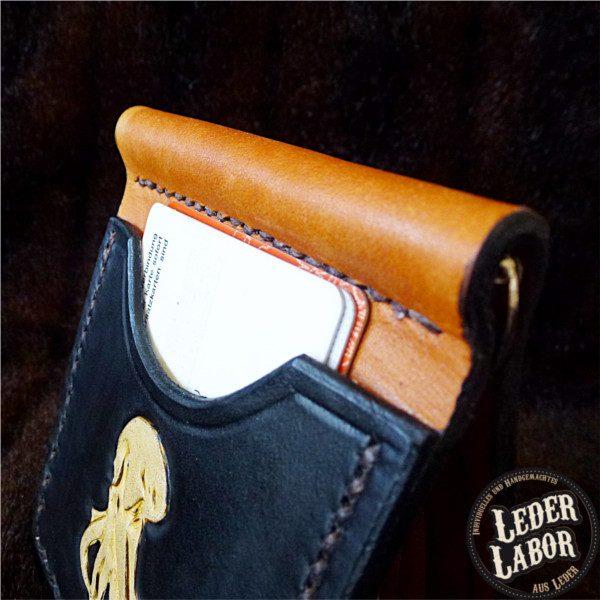 Money-Clip Lederbörse mit Plastikkarten im Einschub.