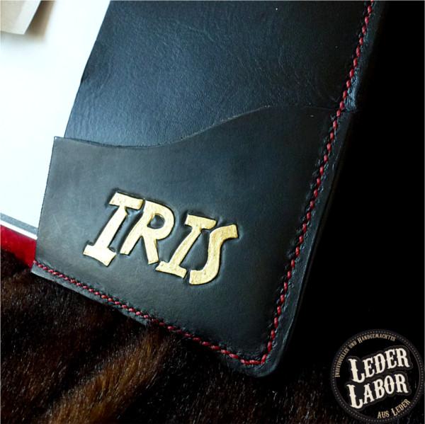 Kleine Tasche für Handouts auf rechter Innenlasche und Namenspunzierung auf Ledereinband für DIN A4 Ordner.
