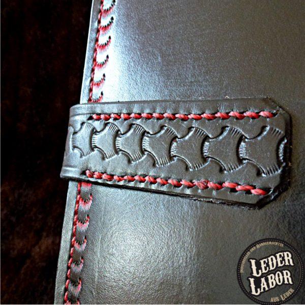 Befestigung des Gurtverschlusses vom Ledereinband für DIN A4 Ordner.