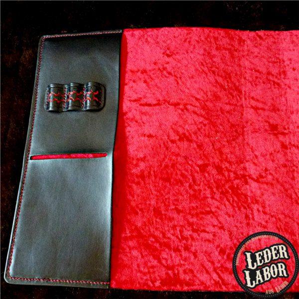 Innenfutter: roter Panésamt beim Ledereinband für DIN A4 Ordner.