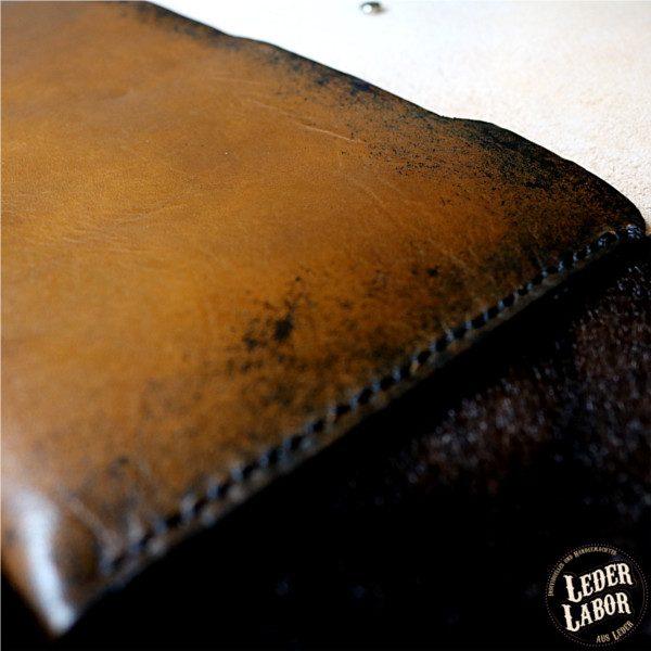Seitenansicht der Ledertasche für Briefumschläge.