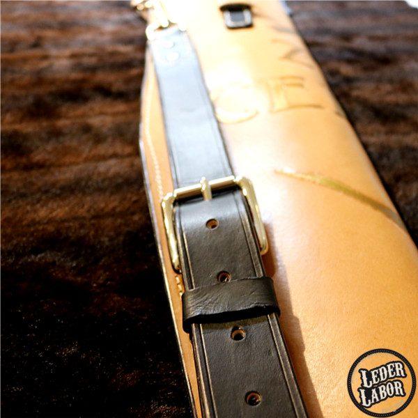 Trageriemen der Schwerthülle aus 3 mm Blankleder.